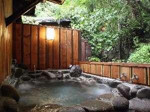 別荘 今昔庵:母屋1階にある和室「あけび」の客室露天風呂。美しい緑の木々を愛でながら、名湯を堪能できる。