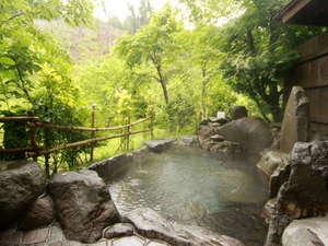 小杉庵:渓流沿いに佇む「せせらぎの湯」。川向こうには棚田を望む絶景を貸切で堪能