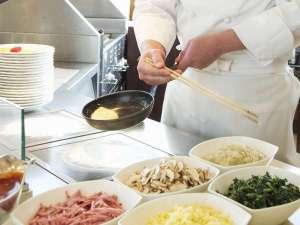 ホテルオークラJRハウステンボス:カフェテラス「カメリア」の朝食バイキングシェフが目の前で焼き上げるオムレツも大好評です