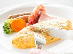 ホテルオークラJRハウステンボス:(ご朝食一例)オムレツはお好みの具材を選んで焼き上げます