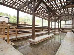 湯治のふるさと 玉川温泉 旅館部:マイナスイオン豊富な足湯は湯治の皆様の憩いの場所