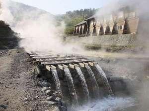 湯治のふるさと 玉川温泉 旅館部:湯樋から流れ落ちる湯量豊富な源泉