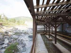 湯治のふるさと 玉川温泉 旅館部:湯川を眺めながら足湯が楽しめます。
