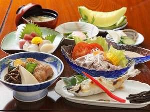 板室温泉 あったか~いやど 勝風館(しょうふうかん):夕食は、日替わり料理です。8550円のプランのボリュームはこれくらい♪