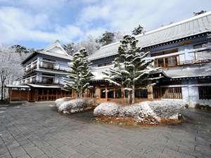 草津ホテル:冬の外観、雪景色。