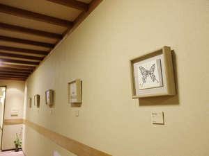 廊下には片岡鶴太郎氏の作品。