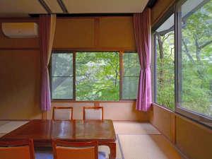 天栄湯:*【部屋一例】大きな窓から見える景色からは、お部屋に居ながらにして大自然を感じられます。