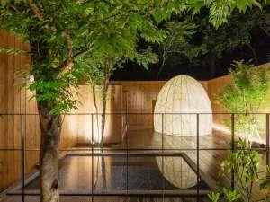 芦ノ湖畔のカジュアルリゾート 箱根レイクホテル:繭型のスチームサウナがある露天風呂。屋根は無く星空をご覧頂け、朝風呂は鳥の合唱がよく聞こえます。