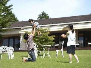 芦ノ湖畔のカジュアルリゾート 箱根レイクホテル:広々とした芝生のお庭♪この豊かな自然はお子様の心を育ててくれます☆