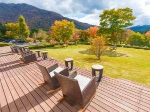 芦ノ湖畔のカジュアルリゾート 箱根レイクホテル:穏やかな環境、三世代で遊べるお庭♪(写真は11月中旬。景色は季節によって様々にお楽しみ頂けます)