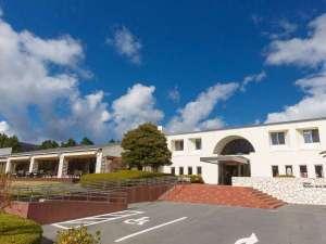 芦ノ湖畔のカジュアルリゾート 箱根レイクホテル:海賊船・ロープウェイ乗り場「桃源台駅」より徒歩約3分。バスの場合は、箱根湯本駅より約35分です。