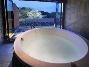 客室に備わった半露天風呂。彦根城を望みながら贅沢な時間をお過ごしいただけます。