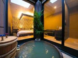 大分温泉 Business Resort Sourin -宗麟-:客室に備わる露天風呂(陶器風呂)テレビ付き