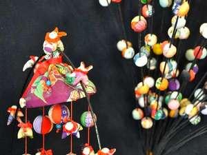 ひな祭りシーズンを彩る「吊るし雛」