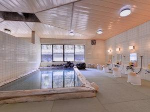 板室温泉 美肌と健康の宿 奥那須大正村 幸乃湯温泉:*畳敷きの大浴場/畳のぬくもりを足元で感じて、心からリラックスできる湯浴みをご堪能ください。