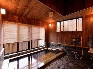 四万温泉 大正元年創業 暖か味の宿 三木屋旅館:*大浴場(女湯)/湯量豊富に流れる温泉は弱塩泉の泉質。神経痛や関節痛、リュウマチに効果◎
