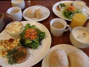 Garden House SARA:ある日の朝食小松菜のオープンオムレツ・サトイモのグラタン・全粒粉入りの自家製パン・玄米オレ