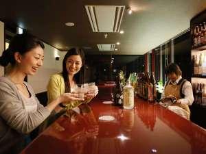 湯けむりとにごり湯の宿 霧島国際ホテル:本館3階焼酎BAR「こがねせんがん」落ち着いた雰囲気の中でお楽しみください