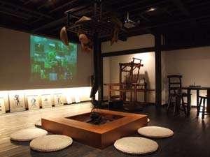 越後湯澤 HATAGO 井仙:新しくてどこか懐かしい囲炉裏では、ヒーリング映像で癒しのひと時を