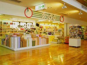 *【売店】当館オリジナル商品もあり。おみやげを中心に品揃え豊富♪