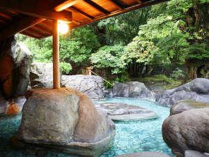 出雲の秘湯 海潮温泉 海潮荘 ~日本秘湯の宿会員:☆☆宝樹の湯」天然の巨大岩を配した、野趣あふれる造りです