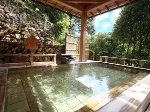 大谷山荘:【せせらぎの湯】 香り良い檜露天風呂では音信川渓流のせせらぎが
