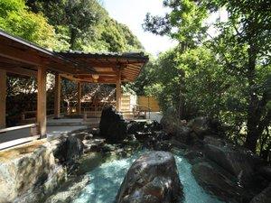 大谷山荘:【せせらぎの湯・露天風呂】緑に包まれ渓流のせせらぎを耳にしつつ..