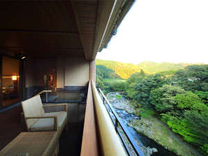 大谷山荘:【露天風呂付スイート/一例】まずはゆっくり深呼吸してみてください。日常を忘れさせてくれる時間をどうぞ