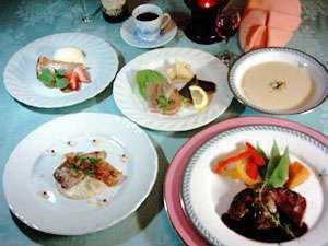 ペンション舞留優夢:夕食一例・季節や地元食材に配慮した洋風フルコース。