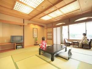 ホテル華翠苑:和室はすべて12.5畳と広々♪窓からは嬉野の街並みをご覧いただけます。