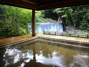 かやぶきの郷薬師温泉 旅籠:絶景露天風呂「滝見乃湯」。目の前を流れる温川(ぬるかわ)の滝と四季折々の風景をお楽しみ下さい。