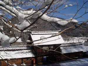 かやぶきの郷薬師温泉 旅籠:長屋門(雪景色)