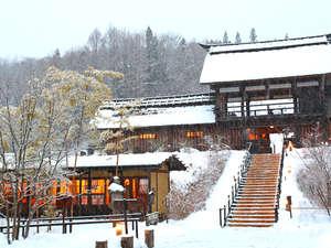 かやぶきの郷薬師温泉 旅籠:雪景色の中にも温かい郷の明かり