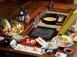 かやぶきの郷薬師温泉 旅籠:旅籠名物「本格囲炉裏会席」。囲炉裏を囲み、味わい豊かな季節のお料理の数々をお楽しみ下さい。