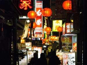 ノスタルジックな夜の中華街裏通り