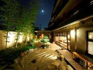京都 嵐山温泉 花伝抄(かでんしょう):幻想的にライトアップされた中庭では、平安貴族も愛した嵐山の夜空を眺めるひとときを。