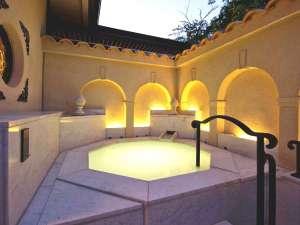 京都 嵐山温泉 花伝抄(かでんしょう):【無料貸切風呂】「五の湯」は西洋の佇まいを感じさせる白亜のシルキー風呂。女性・カップルに人気です。