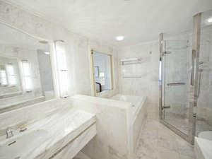 46平米ラグジュアリーバスルーム。シャワーブースを併設。
