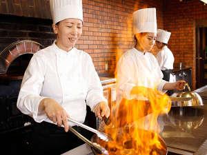 ホテル ウェルシーズン浜名湖:■バイキング/デモキッチンでは、シェフが目の前で調理するあつあつ出来立て料理をご用意♪
