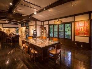 由布院 料理宿 ZEN:ギャラリーには絵画やデザイン画が飾られ、珈琲がゆっくり飲めるスペースです