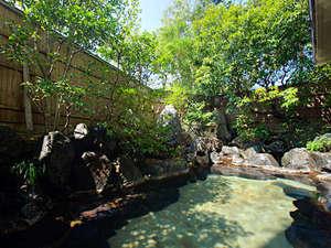 国登録有形文化財の宿 保性館(HMIホテルグループ):大浴場「紅柄」に併設の露天風呂。お風呂は男女入替制。また姉妹館「旅亭 山の井」の入浴も楽しめます。