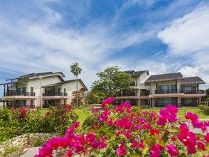 オクマ プライベートビーチ & リゾート:南国感たっぷりの敷地内には色鮮やかな花々が咲いています。