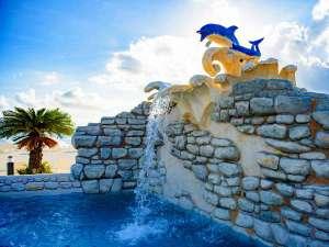 オクマ プライベートビーチ & リゾート:イルカの口や壁面から水が突然噴き出すお子様と一緒に楽しめる水深50cmのプールです。