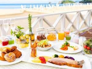 オクマ プライベートビーチ & リゾート:潮風の朝食/潮風が心地よいテラス席で、パートナーと非日常の朝食タイムをお愉しみいただけます。