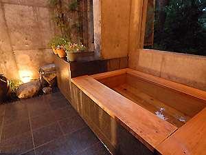 シルクウッドホテル:満点の星を眺めながらの内湯付きひのき露天は大変ロマンチックです。