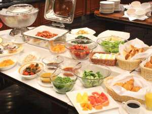 中島屋グランドホテル(旧 静岡グランドホテル中島屋):【朝食】バイキングレストラン、新鮮なサラダやヨーグルト、中島屋特製のカレーなどご用意しております。