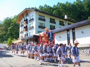 【燈篭祭り】毎年9月8日開催の湯澤神社例祭(9日に温泉街を練り歩くお神輿)