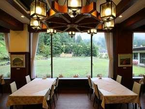 信州野沢温泉 野沢グランドホテル ~絶景露天風呂の宿~:大きく窓を取り明るいレストラン