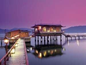 望湖楼:☆湖上露天風呂☆ 桟橋を渡って湖上温泉へ下駄の音をカランコロンと