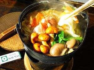 岩手の名湯 侍の湯 おもてなしの宿 おぼない:◆ひっつみ鍋◆昔から愛されている郷土料理。鶏ガラと煮干ダシの汁は、ほっと安らぐ田舎の味です。